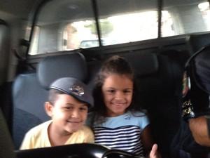 Raphaela e irmão entraram na viatura  (Foto: Divulgação/Polícia Militar)