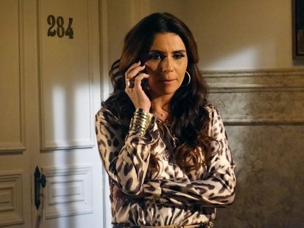 Helô recebe informação que Jô já está infiltrada na máfia (Foto: Salve Jorge/TV Globo)