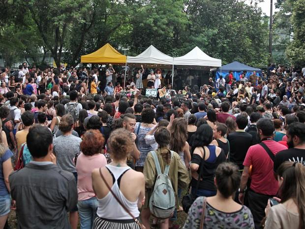 Estudantes acompanham show durante a Virada Ocupação (Foto: Fabio Tito/G1)
