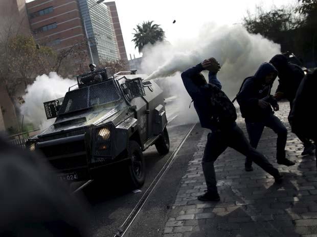 Manifestantes entram em confronto com a polícia durante manifestação contra reformas na educação nesta quarta-feira (10) em Santiago, no Chile (Foto: REUTERS/Ueslei Marcelino )