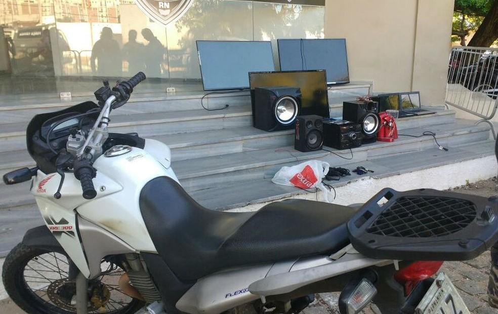Com o foragido foram apreendidos uma moto e objetos eletrônicos roubados, além de uma arma (Foto: Divulgação/Polícia Militar)