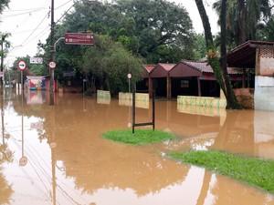 Restaurantes próximos a área de lazer ficaram alagados em Piracicaba (Foto: Thainara Cabral/G1)