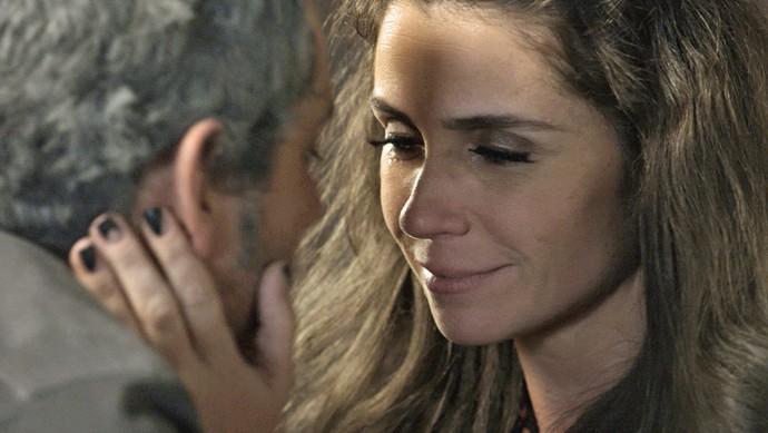 Atena amolece e se rende aos encantos de Romero (Foto: TV Globo)