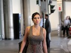 Andressa Urach usa look comportado em aeroporto de São Paulo