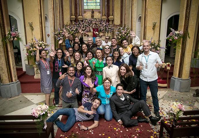 Após a gravação, parte do elenco posa com a equipe (Foto: Isabella Pinheiro/Gshow)