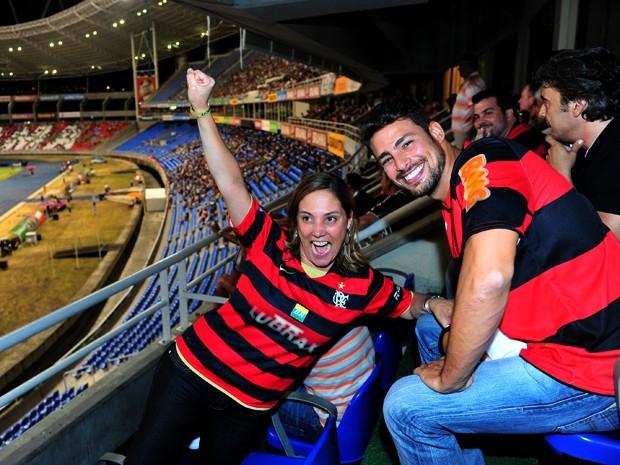 Na arquibancada de um jogo do Campeonato Carioca, Cauã brinca com Heloísa Perissé (Foto: João Miguel Júnior / TV Globo)