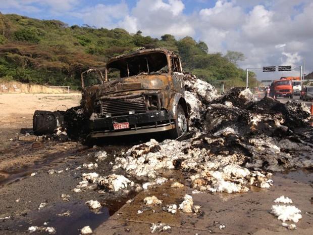Caminhão de algodão pegou fogo na BR-101, no Recife. (Foto: Kety Marinho / Tv Globo)