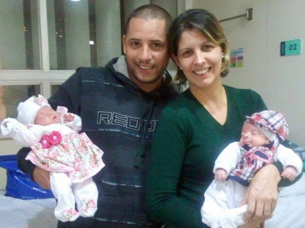 Foto dos bebês Artur e Gabriela, dois dos quíntuplos do casal João e Karina (Foto: Reprodução/Facebook/Karina Barreira)