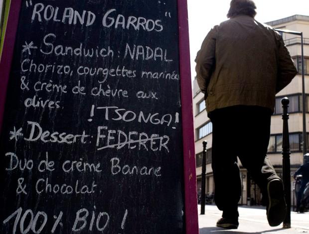 Placa sobremesa restaurante Federer e Tsonga roland garros (Foto: Agência AP)