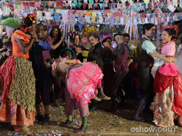 Tuim pega Pituca no colo em pleno baile! (Foto: Pedro Curi/TV Globo)