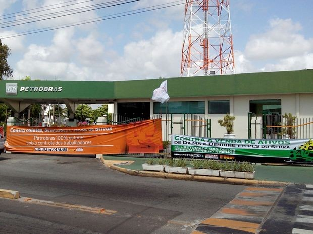 Faixas citam insatisfação da categoria com o 'enfraquecimento' da Petrobras (Foto: Tássio Andrade/G1)