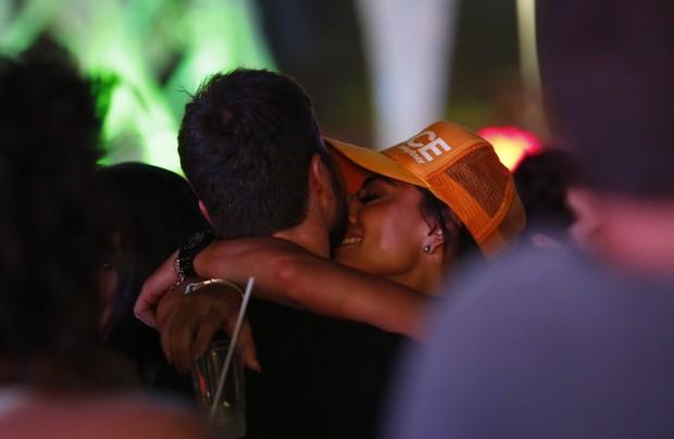 Juliana Paes beija marido na pista do Rock in Rio (Foto: Marcos Serra Lima/EGO)