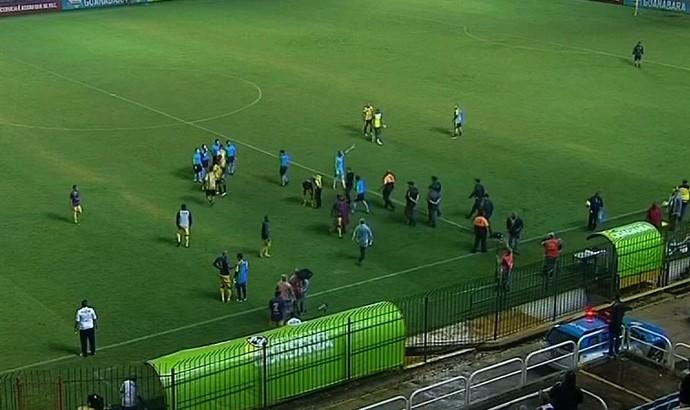 Confusão após o jogo entre Volta Redonda e Madureira pelo Carioca (Foto: Reprodução/Sportv)