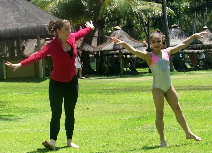 Alice Wegamnn e Flávia Saraiva se divertem em gravação do Estrelas, na Bahia (Foto: Nathália Gomes / Gshow)