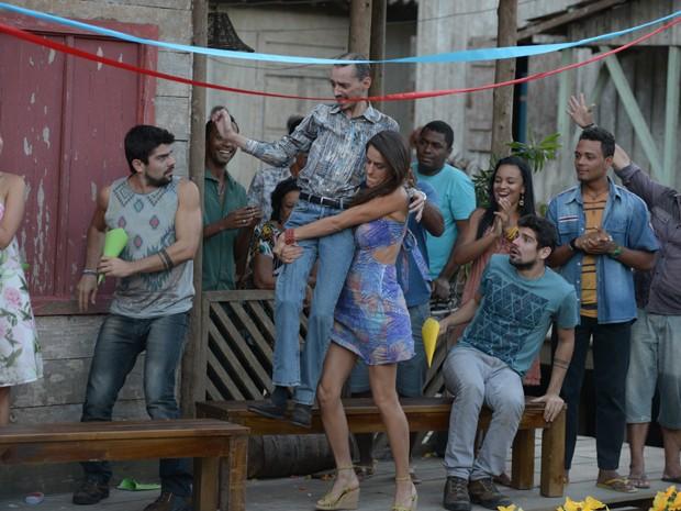 Selma não vai ficar de fora dessa e carrega Romildo para o altar (Foto: Raphael Dias/TV Globo)