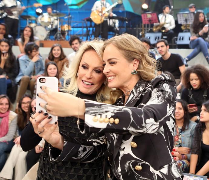 Angélica tira uma foto com Ana Maria Braga no 'Altas Horas' (Foto: Carol Caminha/Gshow)