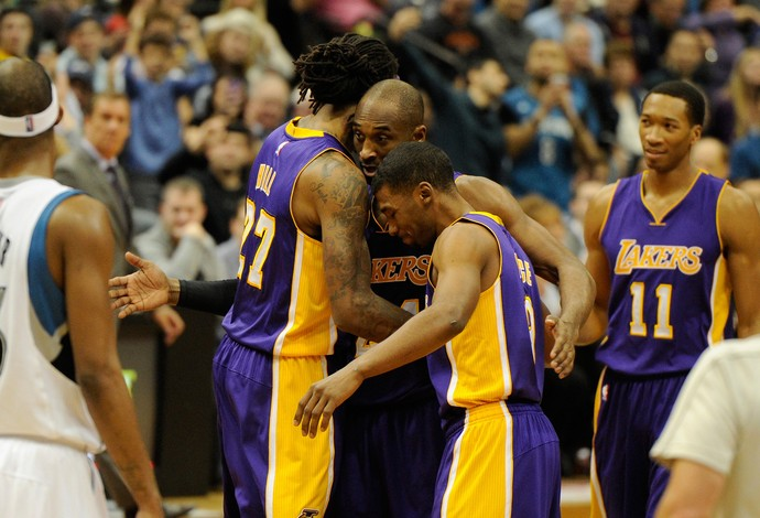 Jordan Hill, Kobe Bryant e Ronnie Price cesta, Lakers (Foto: Getty Images)