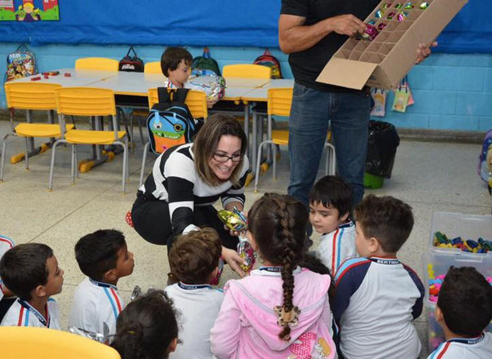 Vanessa Matheus, primeira dama de Bertioga (SP), entrega ovos de Páscoa para alunos da rede pública (Foto: Divulgação/Prefeitura de Bertioga)