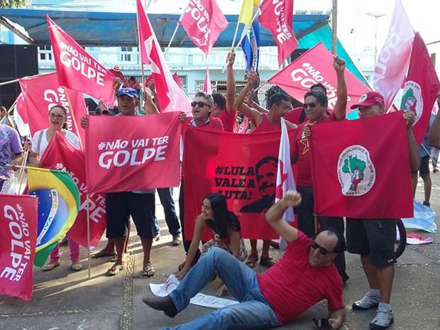 Manifestantes em ato pró-Dilma na Praça de Fátima, em Imperatriz (MA) (Foto: Antônio Pinheiro/TV Mirante)
