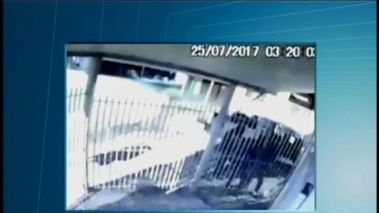 Vídeo mostra momento em que agência dos Correios é arrombada