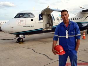 Operário Daniel Brito dos Santos no aeroporto de Viracopos (Foto: Leandro Filippi / G1)