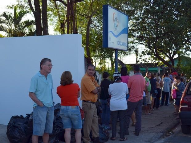Usuários fazem fila para agendar consulta em posto de saúde de Piracicaba (Foto: Fernanda Zanetti/G1)