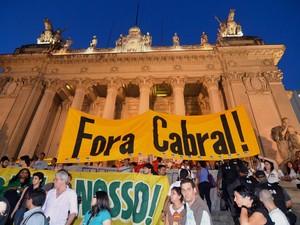 """Manifestantes realizam protesto """"Fora Cabral"""" em frente à Candelária no Rio de Janeiro (RJ), nesta quinta-feira (08). (Foto: Marcello Dias/Futura Press/Estadão Conteúdo)"""