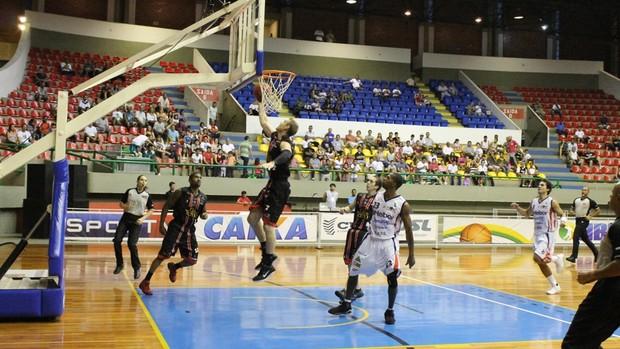 Mogi x Joinville pelo NBB (Foto: Guilherme Peixinho/Divulgação)