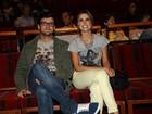 Ex-BBBs Flávia Viana e Fernando Justin vão ao teatro