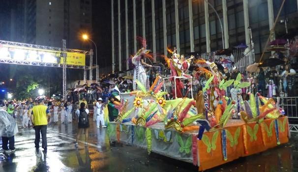 Apesar da chuva, em 2015, os desfile das escolas de samba de Curitiba foi cheia de cores (Foto: Divulgação/RPC)