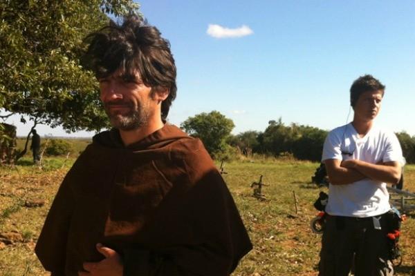 Cesar nos bastidores da gravação em um cemitério do RS (Foto: Milena Fischer)