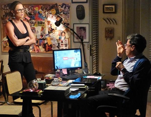 Téo conta para Érika sobre gravação (Foto: Fabio Rosso/ Gshow)