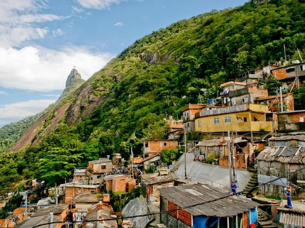 """O Morro Santa Marta, em Botafogo, na Zona Sul, foi o primeiro a receber uma UPP.  A comunidade é, também, muitas vezes, chamada de """"Dona Marta"""" e  foi o palco principal das cenas do filme Velozes e Furiosos 5. (Foto: Instituto Pereira Passos / César Duarte)"""