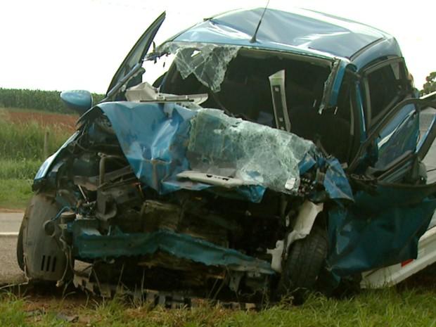 Carro onde estava professora de Monte Mor ficou destruído (Foto: Reprodução / EPTV)