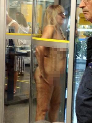 Mulher tirou a roupa ao ser barrada em banco de Guarujá, SP (Foto: G1)