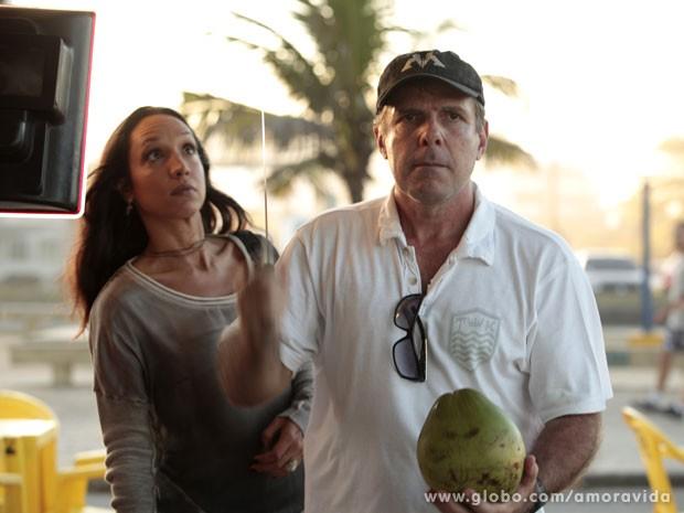Olha a faca! Marcus Figueiredo mostra como Maria pode fazer a cena (Foto: Amor à Vida/ TV Globo)