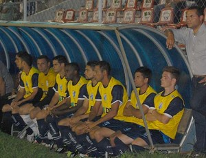 Presidente Clayton Lima ao lado dos jogadores reservas (Foto: Frederico Rocha)