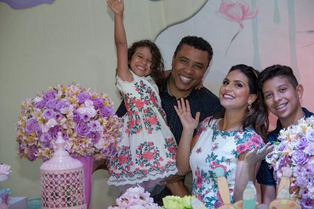 Aline Barros e família (Foto: Rafael Barros/Divulgação)