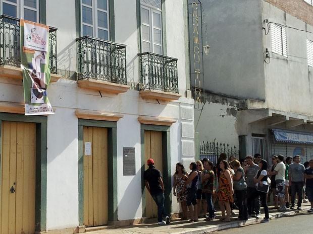 Público fez fila em frente à Cada da Cultura em Três Pontas, MG (Foto: Samantha Silva)