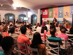 """Mesa """"Entre críticos, parvos e professores"""" foi mediada por Cristiano Ramos (Foto: Egi Santana/Flica)"""
