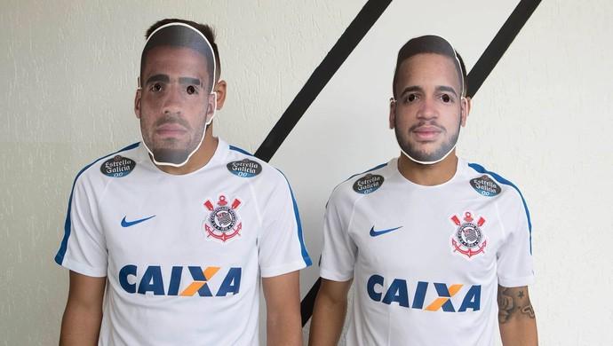 Maycon e Gabriel trocam máscaras no Corinthians (Foto: Divulgação)