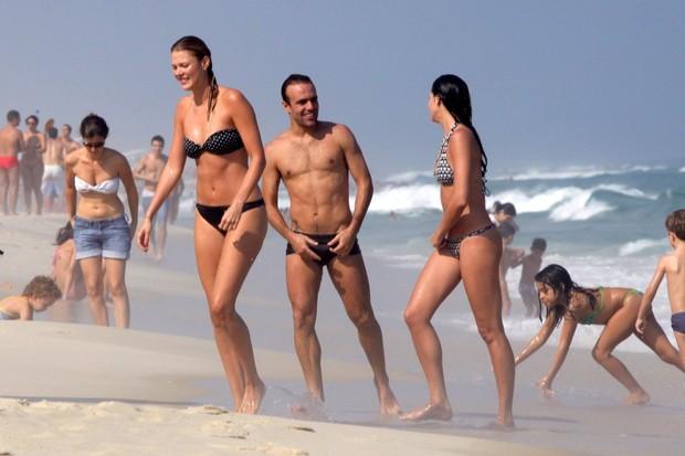 Roger Flores com nova namorada na praia (Foto: Marcos Ferreira / FotoRioNews)