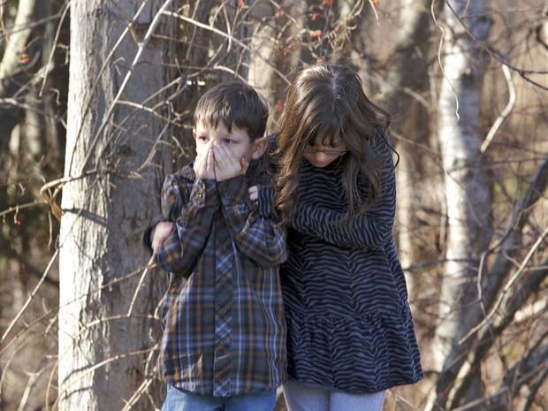 Crianças se amparam após tiroteio na escola Sandy Hook em Newtown, Connecticut (Foto: Michelle McLoughlin/Reuters)