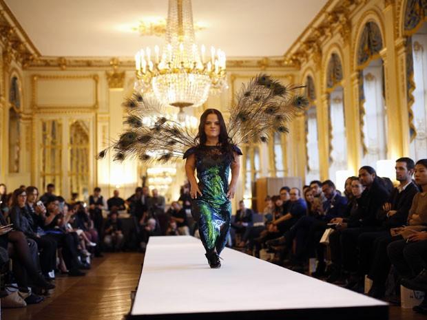 Modelo anã desfila no Dwarf Fashion Show, no Ministério da Cultura da França, nesta sexta-feira (2) (Foto: Jerome Delay/AP)