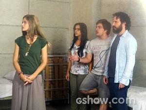 Lili é flagrada na cela da tropa do bem (Foto: Além do Horizonte/TV Globo)