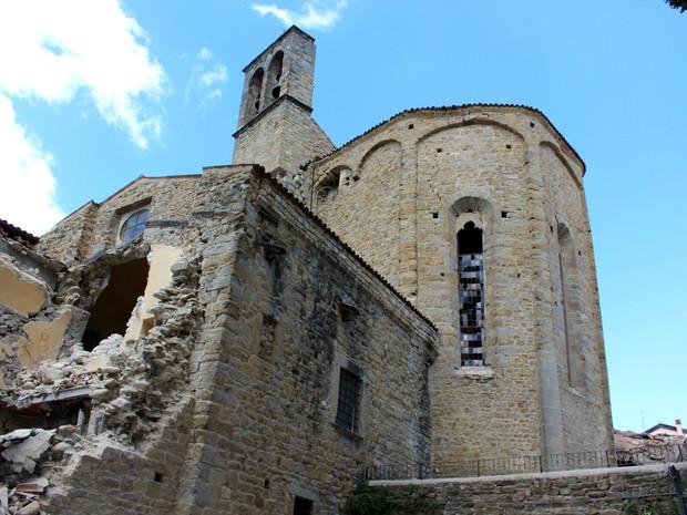 Basílica de San Francesco, em Amatrice, ficou danificado pelo terremoto (Foto: Italian Carabinieri/AP)