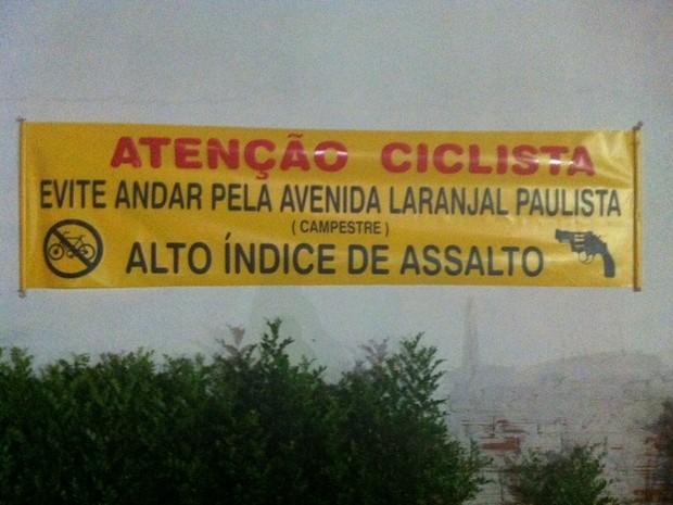 Faixa alerta ciclistas para 'alto índice' de roubos em avenida de Piracicaba (Foto: Denilson Rissatto/Arquivo pessoal)