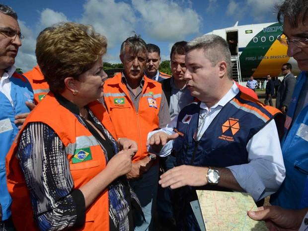 Dilma Rousseff e o governador de Minas, Antonio Anastasia, sobrevoam cidades do Leste do estado atingidas pelas chuvas. (Foto: Gil Leonardi/Imprensa MG)