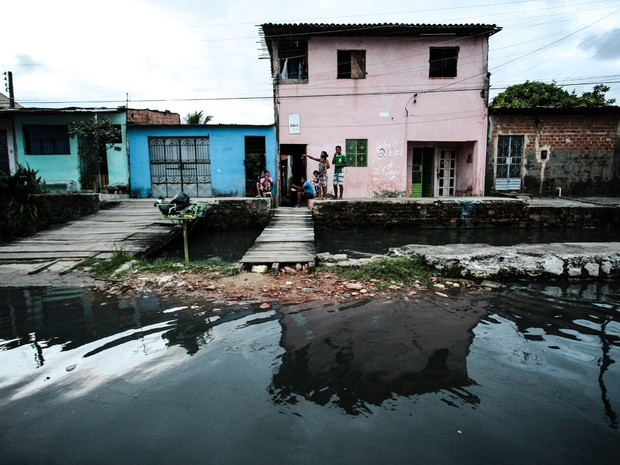 Água bloqueou a saída de alguns moradores de suas casas (Foto: Jonathan Lins/G1)