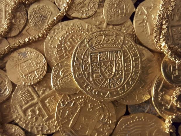 Moedas de outo encontradas em naufrágio de navio espanhol de 1715 em foto não datada, cedida pela companhia que detém os direitos dos artefatos (Foto: Reuters/1715 Fleet - Queens Jewels LLC/Handout)